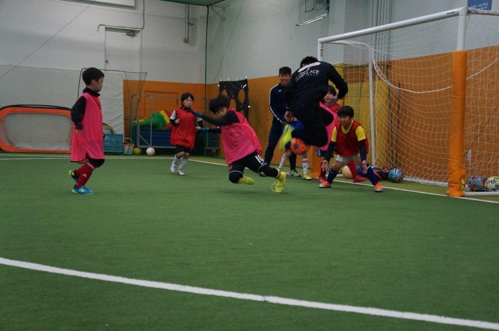 草, スポーツゲーム, 子供, ボール が含まれている画像  自動的に生成された説明